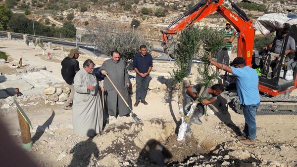 Le patriarche arménien de Jérusalem, Nourhan Manougian, a planté un arbre à Ein Hanniya ©Patriarcat Arménien