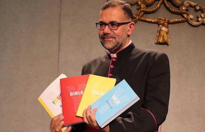Monseigneur Toufic Bou Hadir, maronite, présente la version arabe du Youcat.