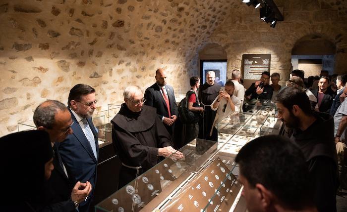 Fr. Eugenio Alliata avec les invités au milieu des vitrines du musée du couvent de la Flagellation. ©Nadim Asfour/CTS