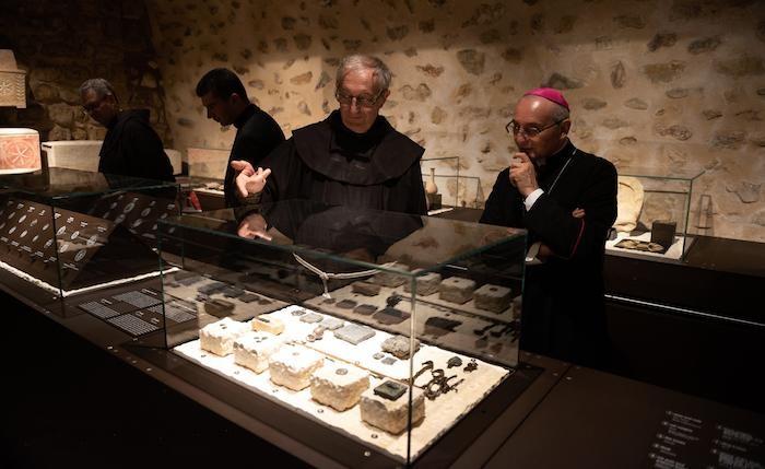 Frère Alliata  avec le Délégué apostolique Mgr Leopoldo Girelli.
