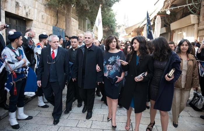 Le pasteur Azar dans le cortège Porte de Jaffa avec sa femme et ses filles.