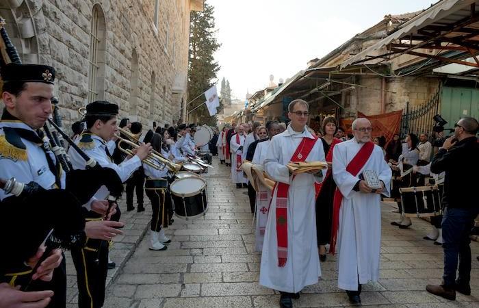 Début de la procession des célébrants à l'église luthérienne du Rédempteur.