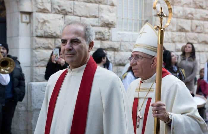 Le pasteur Azar et l'évêque Younan fermant la marche.