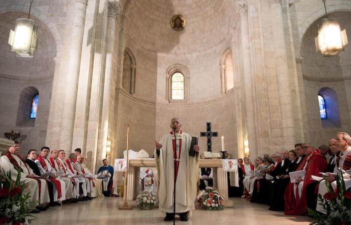 Nombreux célébrants et fidèles dans léglise. L'évêque sortant préside.