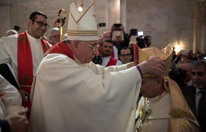 Le nouvel évêque reçoit la mitre ...