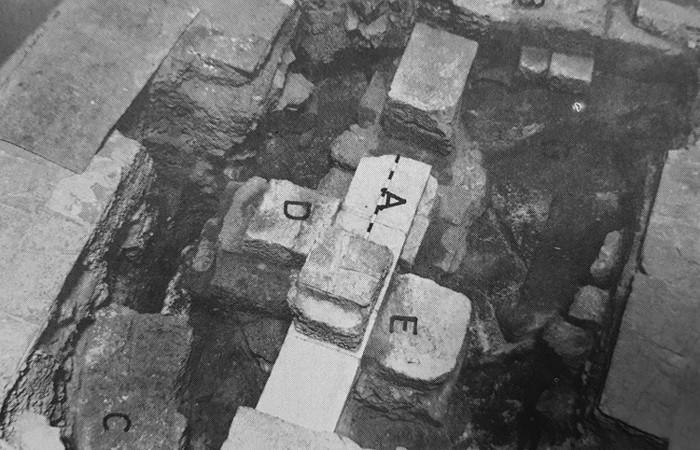 Vestiges archéologiques découverts dans les années 60 lors des sondages du père Virgilio Corbo. lls laissent apparaître des fondement du temple d'Hadrien et colonnes de la basilique constantinienne. © Studium Biblicum Franciscanum