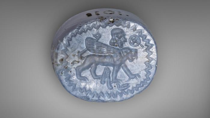 Sceau en calcédoine bleue (950-750 av. J.-C.) représentant un lion ailé et une tête d'homme barbu prêtée par le musée des Pays de la Bible à Jérusalem au musée du Louvre. (Avec l'aimable autorisation du Bible Lands Museum Jerusalem. Photographe: Moshe Caine)