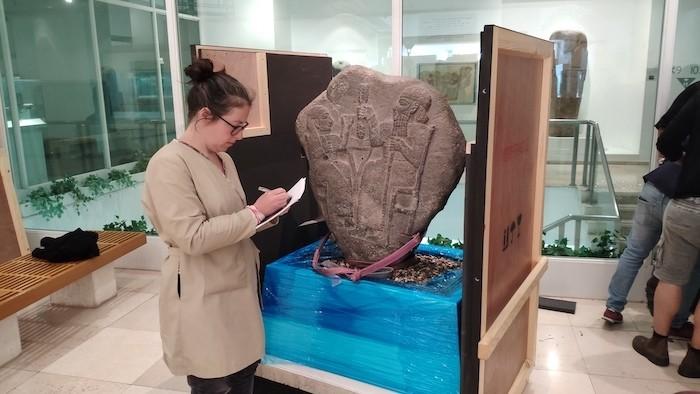 Stèle du royaume de Marash (Xème - VIIIème siècles av. J.-C.) prêtée par le musée des Pays de la Bible à Jérusalem au musée du Louvre. (Avec l'aimable autorisation du Bible Lands Museum Jerusalem. Photographe: Moshe Caine)