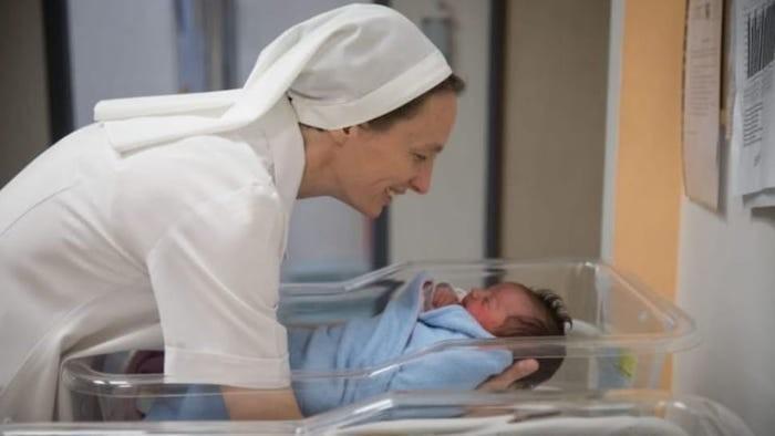 Sœur Valentina Sala avec un nouveau-né à Saint-Joseph