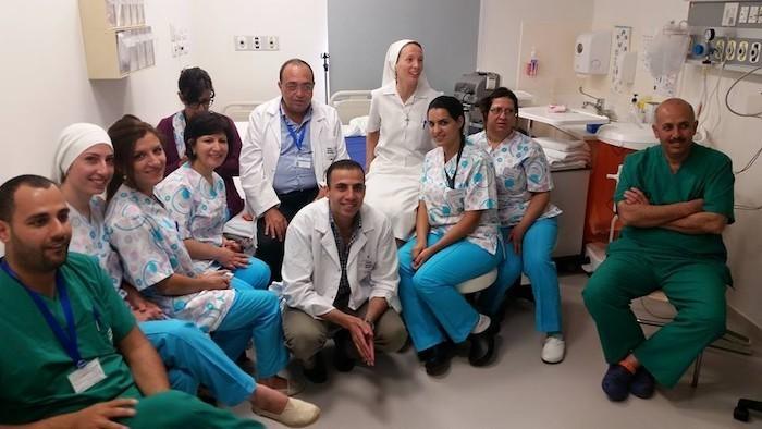 La religieuse italienne, au centre, entourée d'un groupe de médecins et de membres du personnel paramédical de l'hôpital catholique.