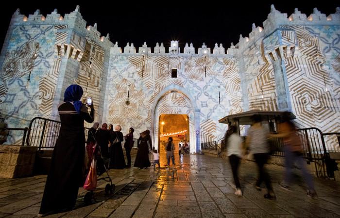 Malgré la beauté des illuminations sur la Porte de Damas, il n'y a pas foule à l'entrée du quartier musulman lors du Festival des Lumières de Jérusalem © Yonatan Sindel/Flash90