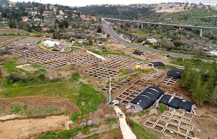 Vue globale du village néolithique découvert lors des fouilles archéologiques de l'intersection de Motza, près de Jérusalem © Eyal Marco, Autorité des Antiquités