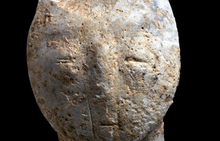 Figurine représentant un visage humain, vieille de 9 000 ans, découverte lors de fouilles archéologiques à Motza, près de Jérusalem © Clara Amit, Autorité des Antiquités