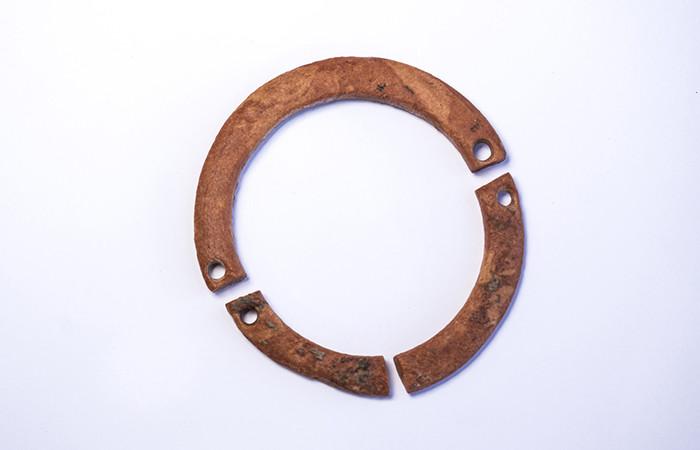 Bracelet en argile probablement porté par un enfant © Yaniv Berman, Autorité des Antiquités israéliennes