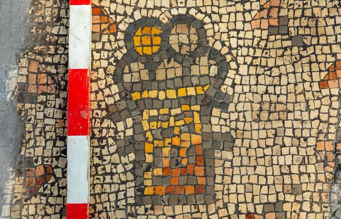 Mosaïque représentant un panier avec cinq pains © Dr. Michael Eisenberg