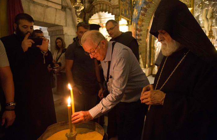 Les Arméniens ont offert au Roi d'allumer un cierge à l'autel du Calvaire au cours de sa visite ©MAB/CTS
