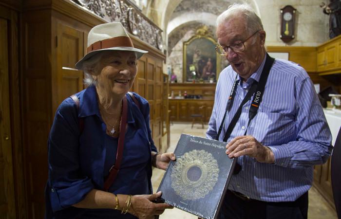 Le roi et la reine ont reçu en cadeau de la part des Franciscains le catalogue de l'exposition Le Trésor du Saint Sépulcre ©MAB/CTS