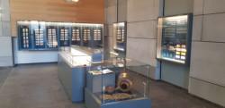 D'antiques magots brillent en vitrine à la banque d'Israël