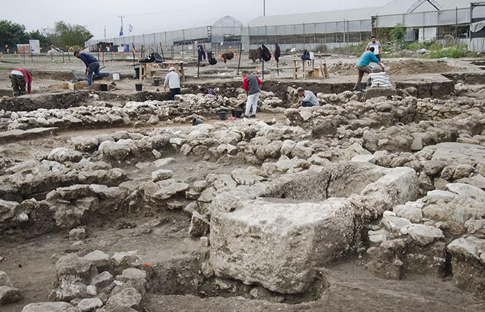 Professionnels et volontaires, réunis sur le site. ©Yoli Schwartz, Autorité des antiquités d'Israël