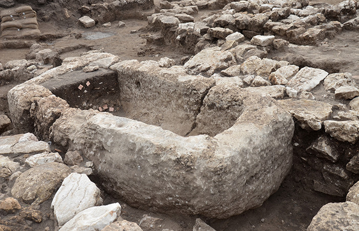 Bassin en pierre, vraisembablement utilisé à l'occasion de rituels religieux ©Yoli Schwartz, Autorité des antiquités d'Israël