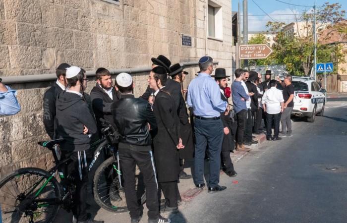 Des membres de la communauté juive ultra-orthodoxe attendent devant l'entrée du Tombeau des Rois, le 24 octobre 2019.©Claire Riobé/Terre Sainte Magazine