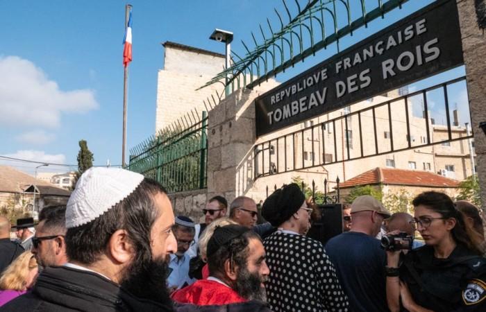 A l'ouverture, religieux et touristes se massent devant l'entrée du site, 24 octobre 2019.©Claire Riobé/Terre Sainte Magazine