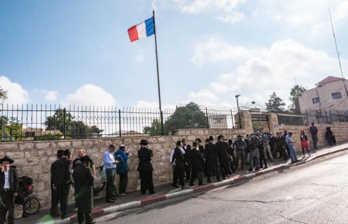 Les Juifs qui n'ont pas pu s'inscrire en ligne se recueillent ensemble devant l'entrée du site, 24 octobre 2019.©Claire Riobé/Terre Sainte Magazine