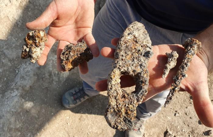 Marteau de fer et clous en ferde l'époque byzantine retrouvés àUsha en Galilée. © Eyad Bisharat, Autorité des antiquités israéliennes.