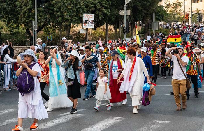 Des Evangéliques sionistes défilent dans la rues de Jérusalem à l'occasion de la Fête des Tabernacles, le 17 octobre 2019.© Claire Riobé/Terre Sainte Magazine
