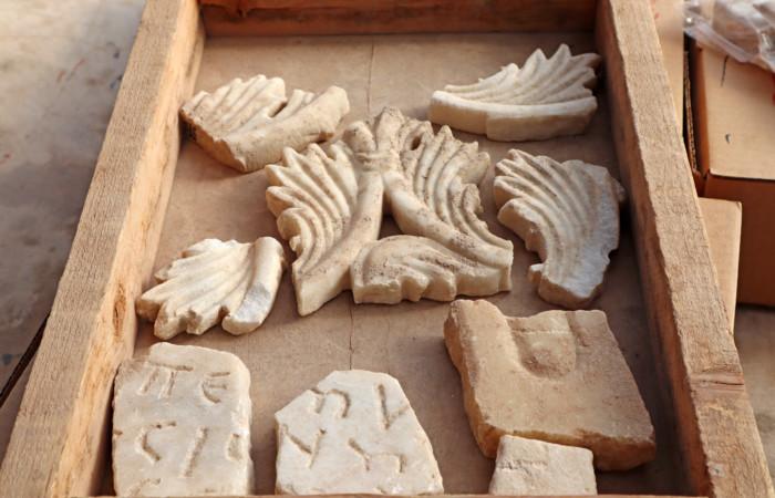 Fragments de marbre provenant de la décoration de l'église byzantine retrouvée près d'Ashkelon (Israël). ©Anat Rasiuk, Autorité des Antiquités d'Israël