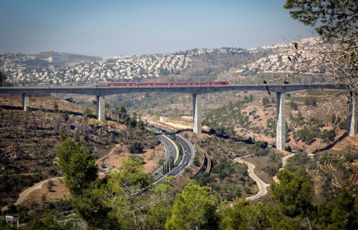 Vue sur le nouveau train rapide Tel Aviv-Jérusalem surplombant la vallée haArazim, juste à l'extérieur de Jérusalem. ©Yossi Zamir/Flash90