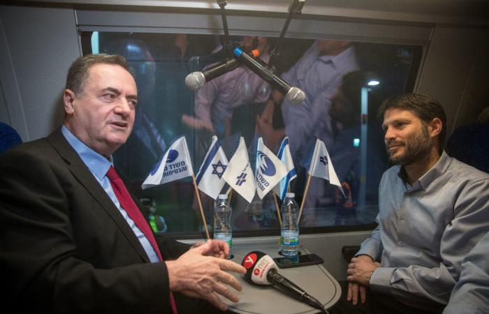 L'actuel ministre des Transports Bezalel Smotrich et son prédécesseur, l'actuel ministre des Affaires étrangères Israel Katz, lors du trajet inaugural du nouveau train à grande vitesse entre Jérusalem et Tel Aviv, le 18 décembre 2019. ©Yonatan Sindel/Flash90