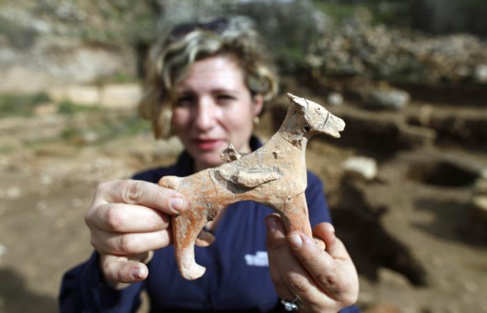Une figurine de cheval datant du début de la période monarchique trouvée sur le site de Tel Motza, le 26 décembre 2012. ©FLASH90