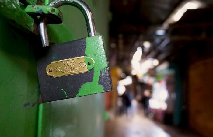 Les boutiques de la vieille ville de Jérusalem ferment leurs portes, face aux mesures de confinement demandées par le gouvernement israélien. Quartier chrétien arabe, le 19 mars 2020. ©Claire Riobé/TSM