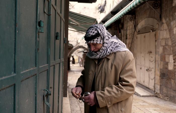 Un vendeur du souq ferme sa boutique après avoir reçu les annonces de confinement obligatoire. ©Claire Riobé/TSM