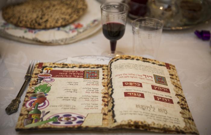 La Hagadah de Pessah est lue lors du dîner du Séder. La Pâque est célébrée pour commémorer l'exode des Israélites d'Égypte, il y a environ 3 500 ans. ©Hadas Parush/Flash90