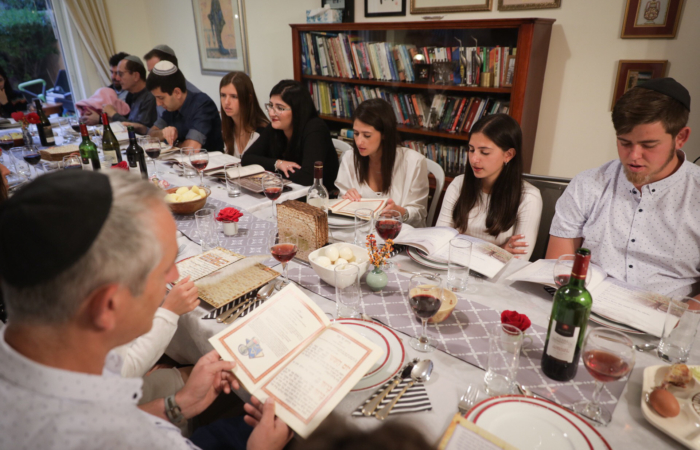 Une famille israélienne lors du dîner de Séder, la première nuit de la fête juive de Pessah. Tzur Hadassah, le 10 avril 2017. ©Nati Shohat/Flash 90