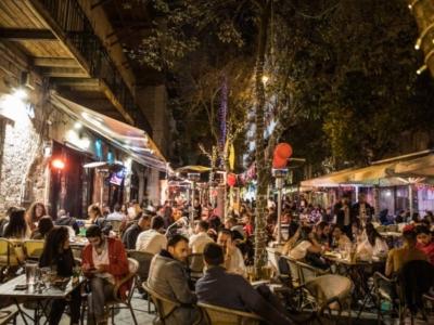 En Israël, la vie nocturne revient, mais le virus est en embuscade