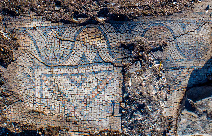 Pavement en mosaïque de l'ancienne église. ©Alex Wiegmann, Autorité des Antiquités d'Israël