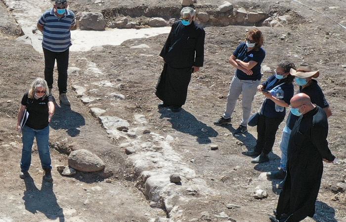 Mgr Youssef Matta évêque grec-catholique de Galilée en visite sur le site de fouilles de Kfar Kama. © Anya Kleiner, Autorité des Antiquités d'Israëlt