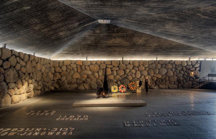 La salle de la Mémoire à Yad Vashem, où frère Yohanan a travaillé au dallage avec les inscriptions des camps de la mort nazis.
