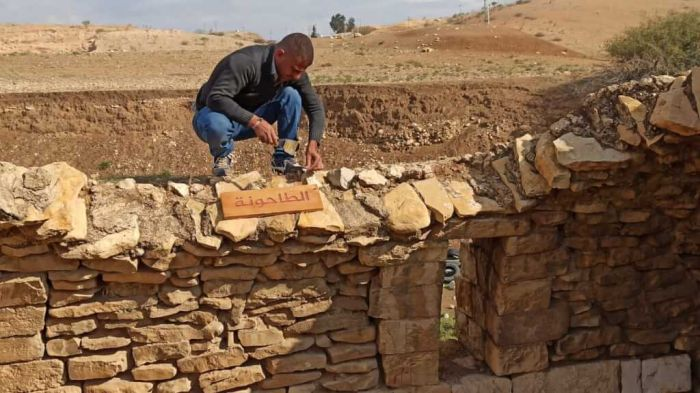 Rashid Khudiri, de Jordan Valley Solidarity, travaillant sur un mur. (Photo Jvs)