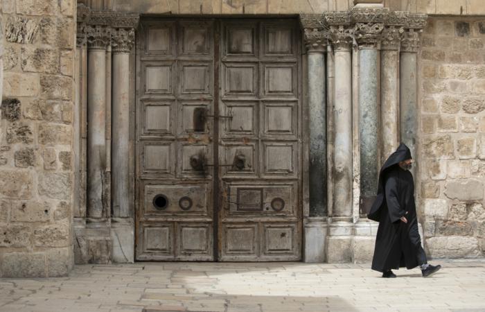 Un prêtre arménien devant la porte close du Saint-Sépulcre. 28 mars 2020. Olivier Fitoussi/Flash90