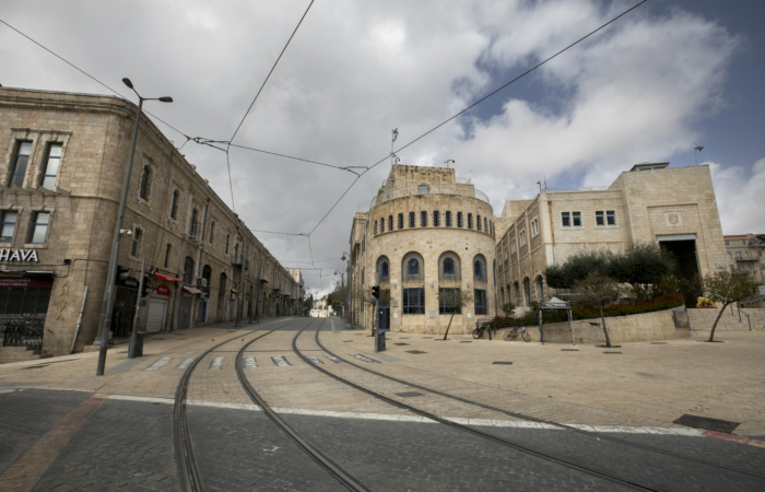 Avenue à l'extérieur des remparts de la vieille ville. 28 mars 2020. Olivier Fitoussi/Flash90