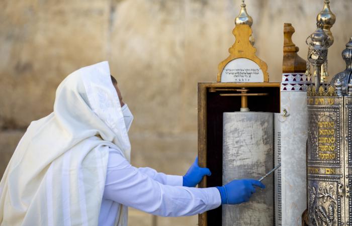 Des juifs prient au pied du Mur Occidental lors de la bénédiction sacerdotale des Cohanim, une des cérémonie de la Pâque juive qui célèbre le départ des juifs d'Égypte. 12 avril 2020. Olivier Fitoussi/Flash90