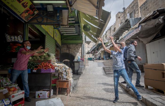 Dernières emplettes avant la rupture du jeûne. Porte de Damas, 24 avril 2020. Yonatan Sindel/Flash90