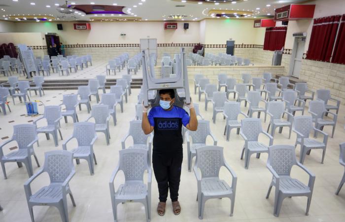 Nettoyage des salles de mariage qui peuvent reprendre suite à l'allégement des restrictions. Bande de Gaza. 3 juin 2020. Abed Rahim Khatib/Flas90