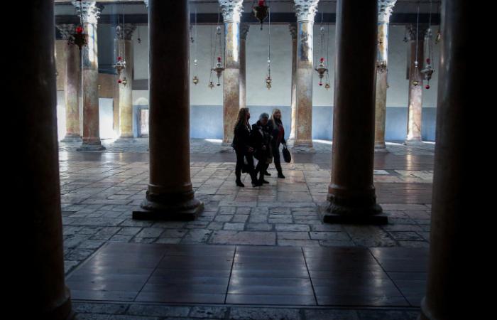 Habituellement bondée à cette époque de l'année, la basilique de la Nativité, à Bethléem, n'aura vu que quelques pèlerins déambuler parmi ses colonnes tout juste restaurées. 20 décembre 2020. Wisam Hashlamoun/Flash90