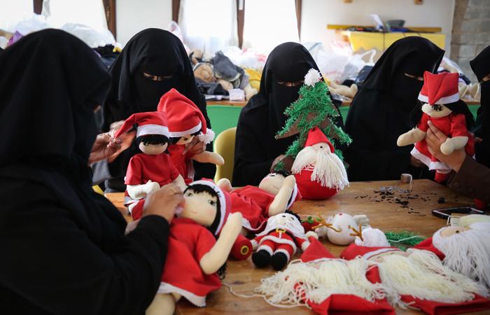 Palestiniennes cousant des Pères Noël, dans le nord de la bande de Gaza, le 24 décembre 2019 © Hassan Jedi / Flash90