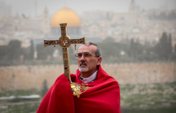 L'archevêque Pierbattista Pizzaballa, administrateur apostolique du patriarcat latin de Jérusalem, béni la ville lors du dimanche des Rameaux, au mont des Oliviers. 5 avril 2020. Yossi Zamir/Flash90